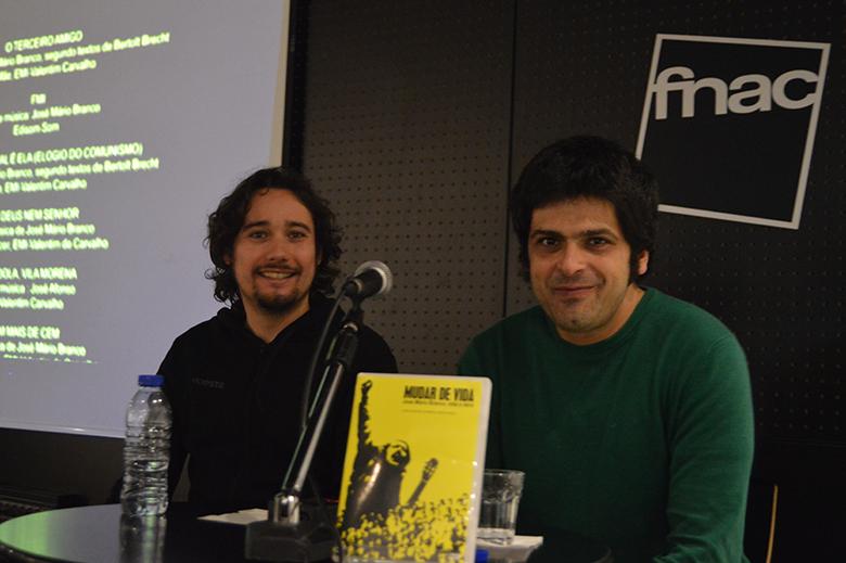 """Nelson Guerreiro e Pedro Fidalgo apresentaram o DVD do documentário """"Mudar de Vida - José Mário Branco, Vida e Obra"""" no Fnac Café de Santa Catarina, no Porto."""