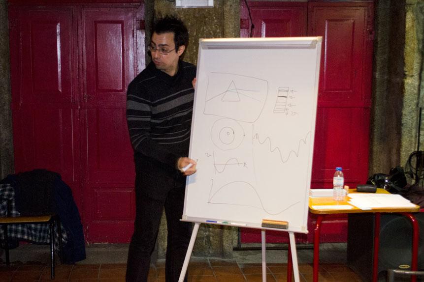 Pedro Figueira explica astrofísica no PubHD Porto.