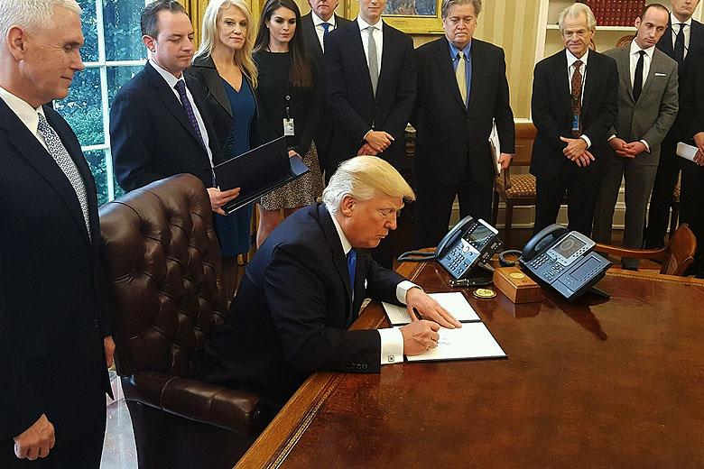 Donald Trump assinou hoje a reformulação da ordem anti-imigração de 27 de janeiro.