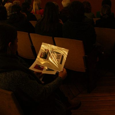 Várias impressões de trabalhos de Júlio Pomar percorreram a plateia. Foto: Beatriz S. Pinto