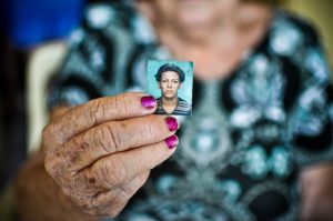 Francisca Ferreira de Vasconcelos mostra a fotografia da filha, Dandara. Foto: Mariana Parente / O POVO