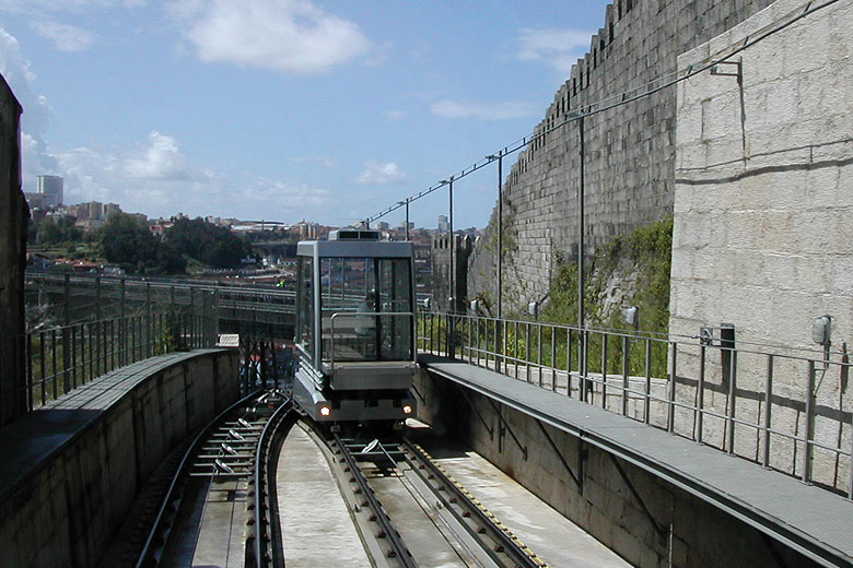 O Funicular dos Guindais foi construído em 1891.