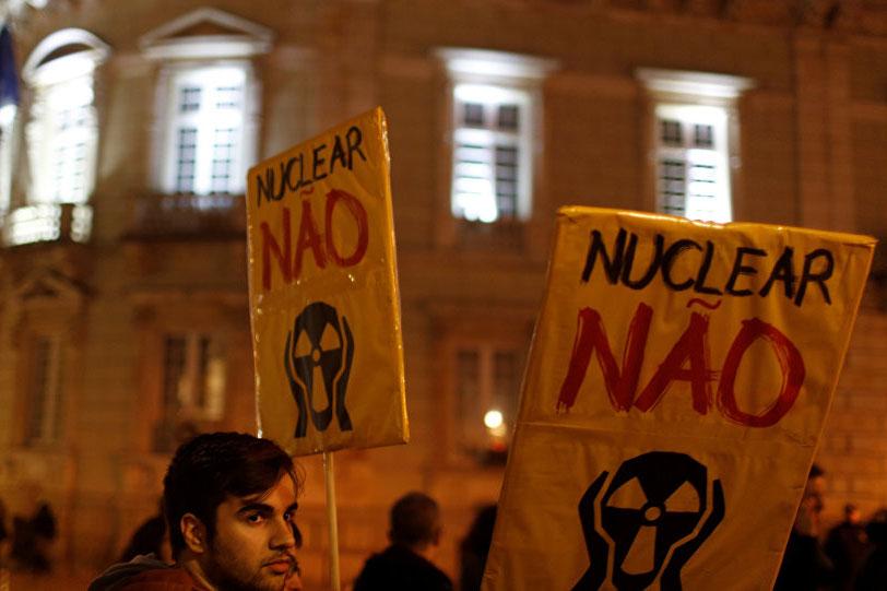 Até ao presente a forte oposição publica tem sido um dos principais entraves à aposta na energia nuclear.