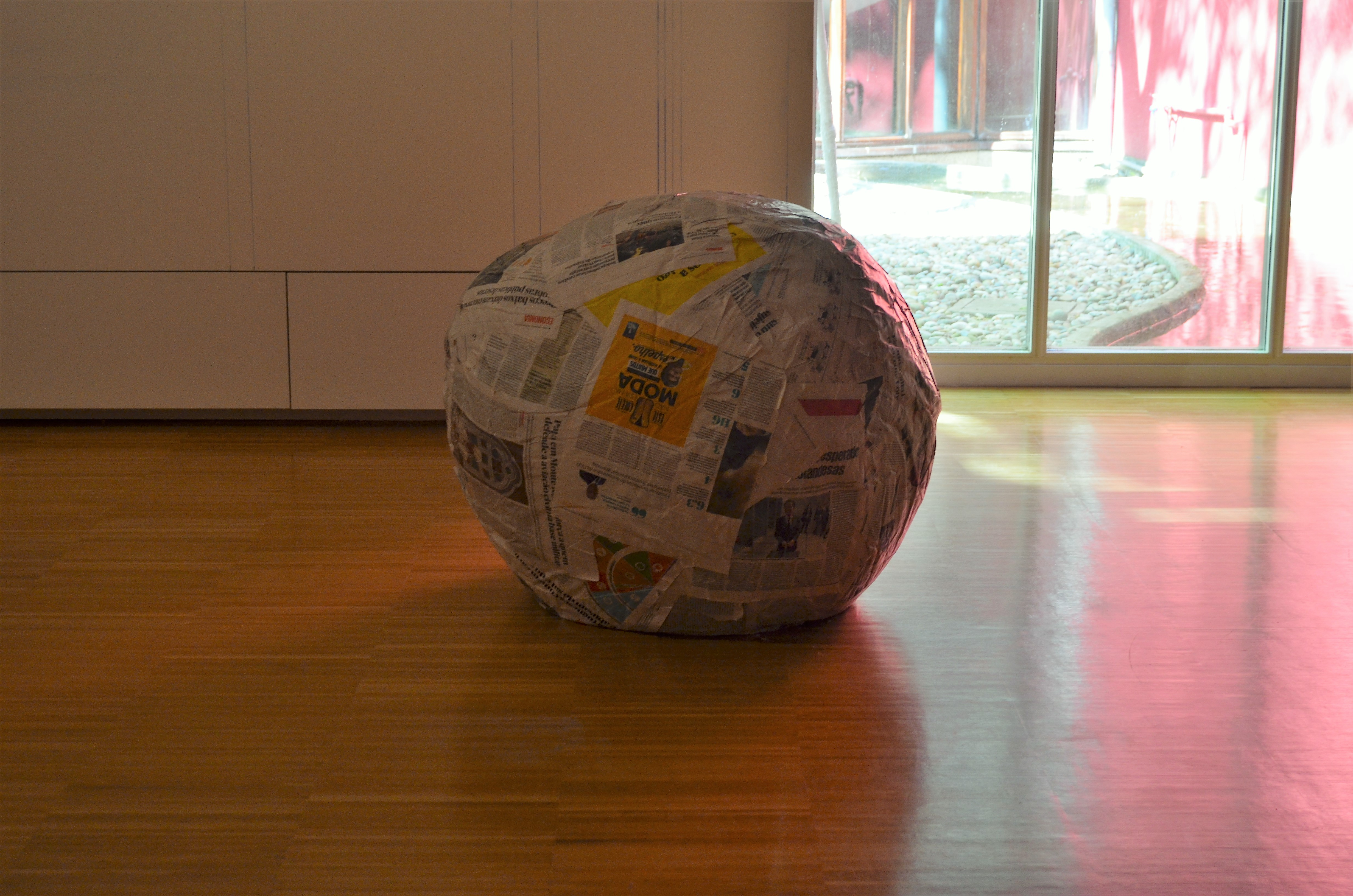 """Michelangelo Pistoletto idealizou uma """"escultura para passear"""", onde uma grande bola feita de jornal pode ser passeada pelas ruas."""