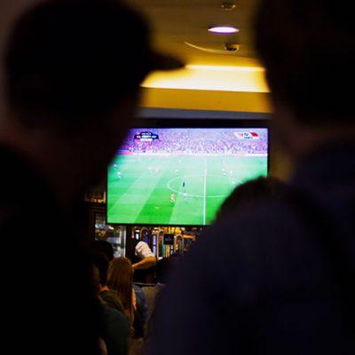 No centro do Porto, foram poucos os cafés que não transmitiram o jogo. Foto: Hugo Moreira