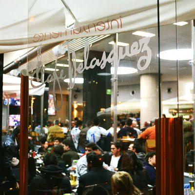 Com quatro ecrãs, o Café Velasquez, nas Antas, recebeu dezenas de adeptos. Foto: Inês Viana