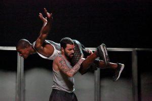 Os bailarinos do espetáculo de Né Barros sobre a deslocação, o conflito e a fronteira.