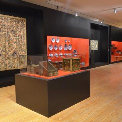Tapeçaria, peças decorativas em porcelana e marfim, mobiliário, pintura, manuscritos... os visitantes podem explorar através de todos estes objetos o novo modo de vida que surgiu com os Descobrimentos