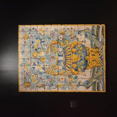 O azulejo também incorporou influências dos novos mundos, incluído, no presente painel, papagaios africanos
