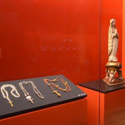 Objetos de culto com notória influência asiática, indiana em particular