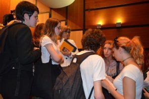 Rosário Gambôa [segunda a contar da direita] num breve diálogo com os alunos que manifestaram queixas, sob olhar atento da secretária de estado Fernanda Rollo, que segura um livro amarelo.