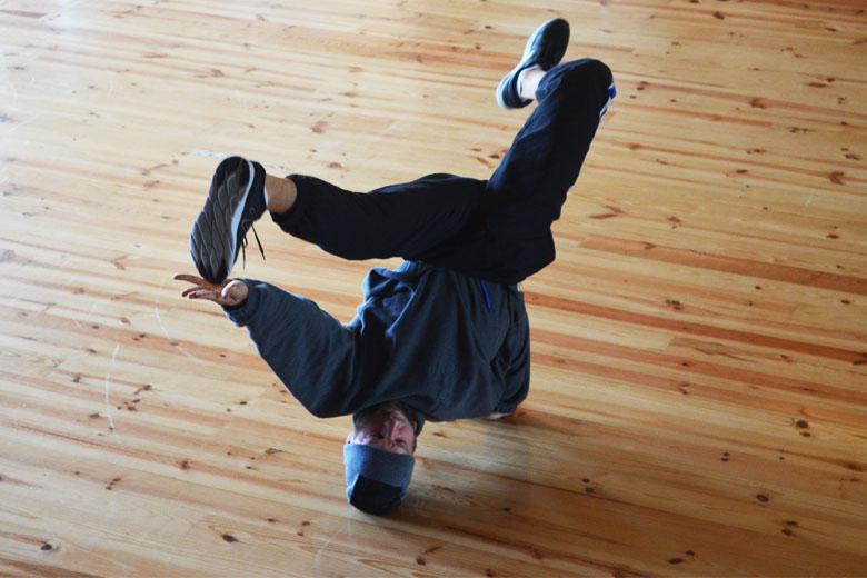 Ensaio de um bailarino de B-boy.