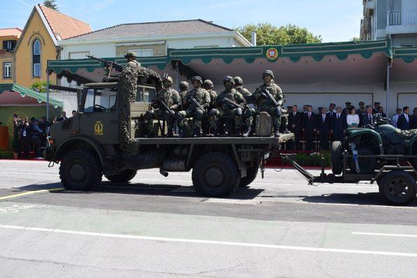 Às forças apeadas, seguiu-se o desfile de diversas viaturas do exército.