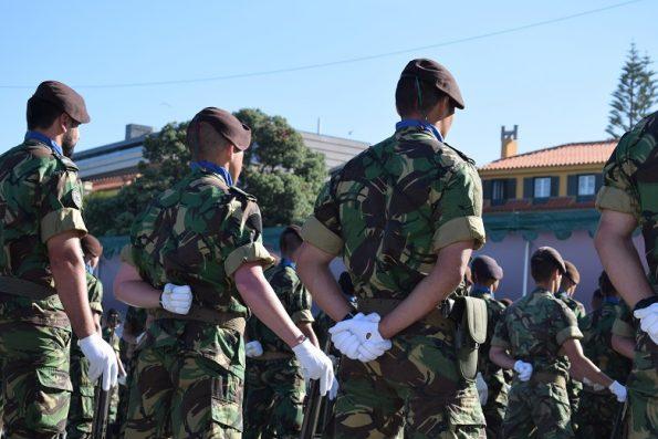 Militares em parada, em frente à tribuna e de costas para o mar, no Molhe.