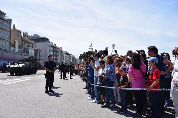 A parada militar atraiu muitos populares, que tiraram fotos e aplaudiram o desfile das Forças Armadas.