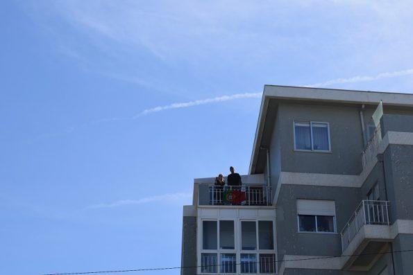 Alguns residentes na Foz assistiram da varanda às cerimónias comemorativas do Dia de Portugal