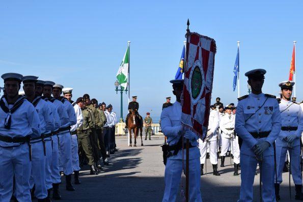 As tropas exibiram os respetivos estandartes.