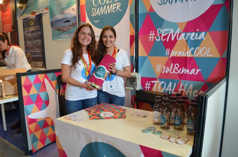 """Andreia Baleiras e Mariana Fernandes criaram uma toalha de praia com dois lados que """"resolve o problema da areia"""". Está nos seus planos abter uma patente para o projeto """"CoziSummer""""."""