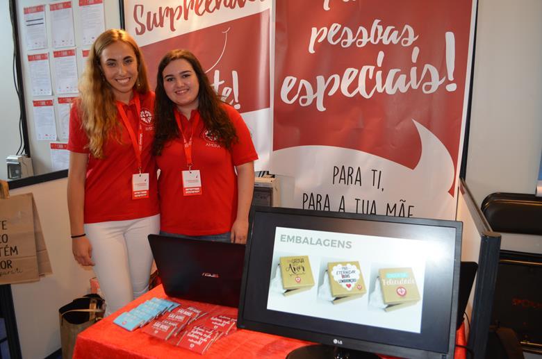"""Sofia Ferreira e Ana Lúcia Soares, da Escola Profissional de Paços de Brandão, estão a desenvolver os produtos """"Amora"""", presentes personalizados e criativos."""