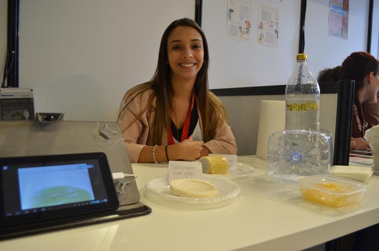 Lúcia Sousa criou um sabonete em folha a partir de óleo usado, mais higiénico e ecológico que as alternativas existentes. É possível testá-lo na mostra e comprovar que o perfume que fica nas mãos é agradável.