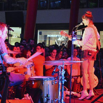 Mallu Magalhães deu um concerto para um mercado repleto de fãs.
