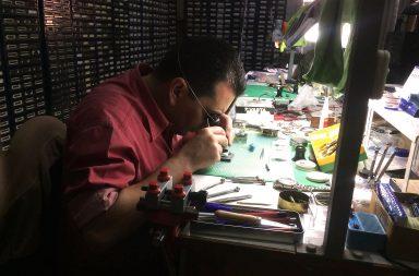 A relojoaria é um ofício que exige olho e precisão.