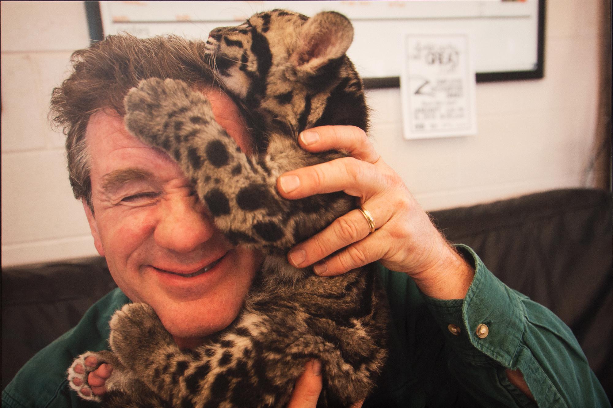 Joel Sartore com uma cria de Pantera-Nebulosa.