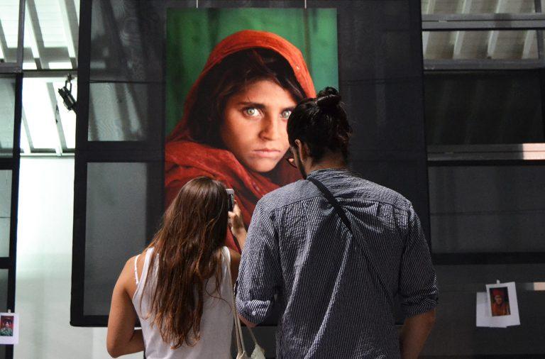"""""""Menina Afegã"""" é o retrato mais famoso de Steve McCurry, que tem uma retrosptiva na Alfândega até ao final do ano."""