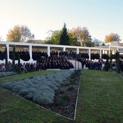 Bancada cheia no dia de inauguração da escola.