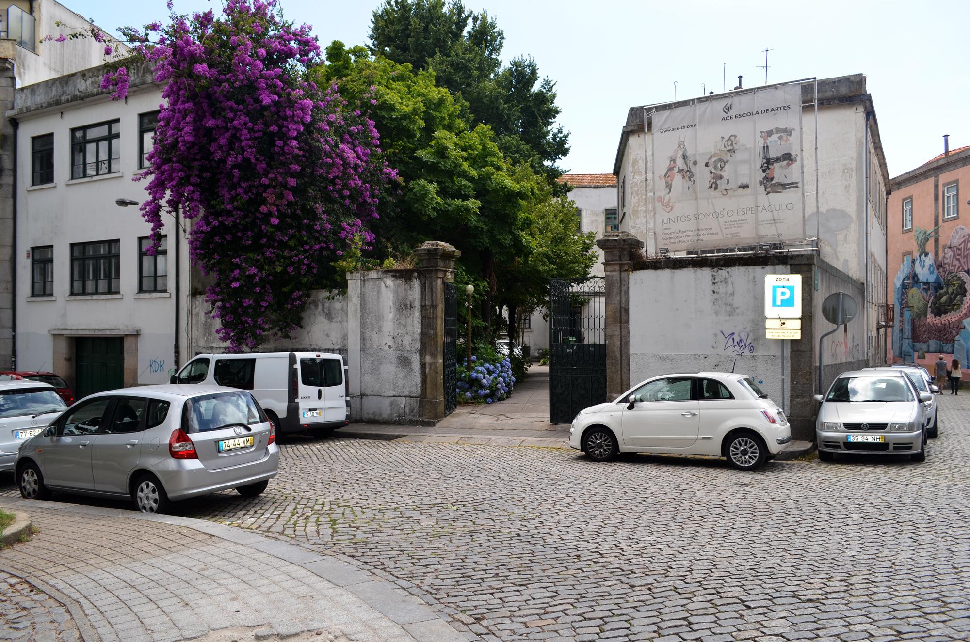 O antigo Colégio Almeida Garrett fica junto à Praça Coronel Pacheco, no centro do Porto.