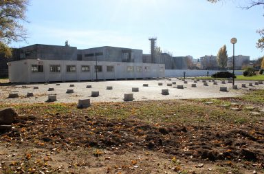 As instalações provisórias estão a ser colocadas no parque de estacionamento frente à faculdade.
