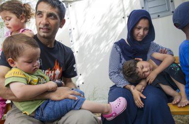 Família de refugiados no campo de Kara Tepe na Grécia.