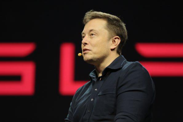 Em 2008, Elon Musk reestruturou a direção da Tesla e investiu o seu próprio dinheiro para salvar a companhia da falência.
