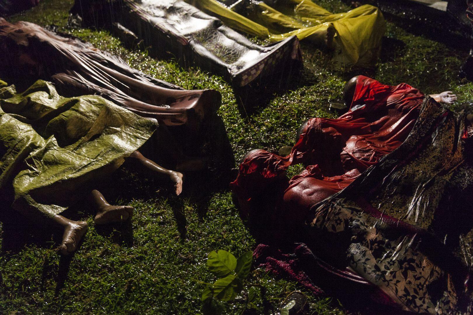 Cadáveres de refugiados rohingya que morreram quando tentavam fugir de barco da Birmânia. Foto: Patrick Brown