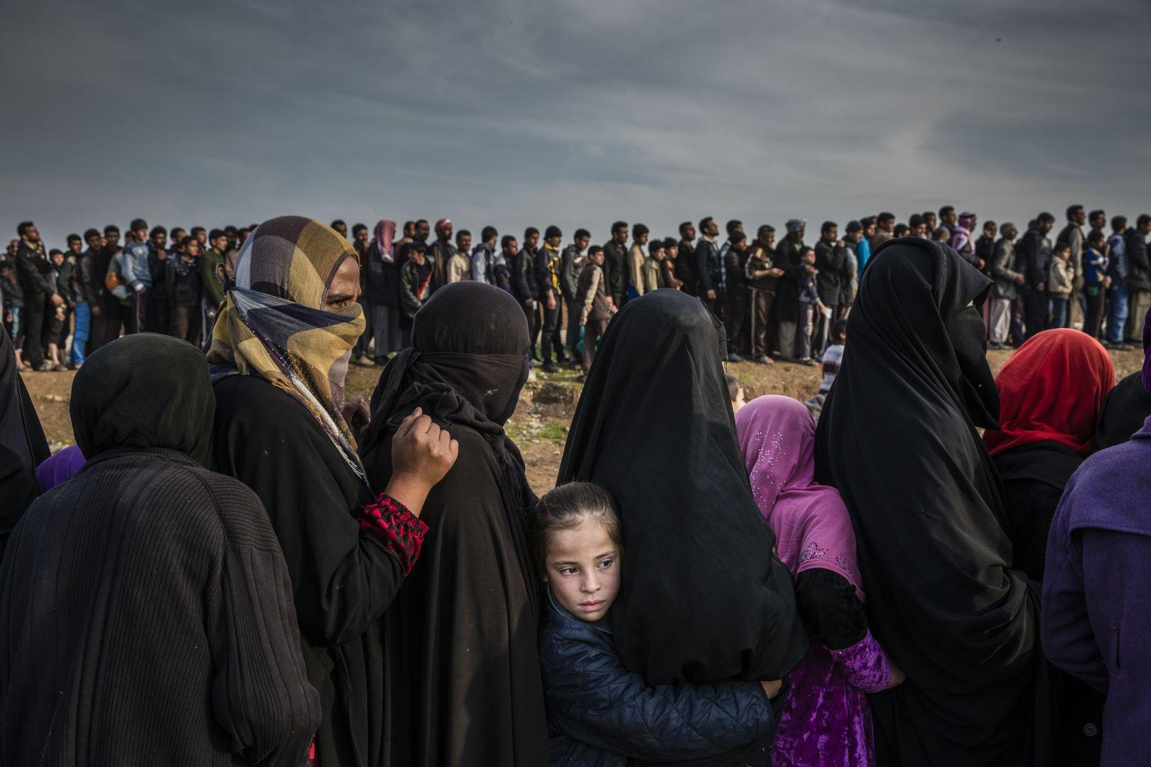 Civis iraquianos em Mossul à espera de ajuda. Foto: Ivor Prickett