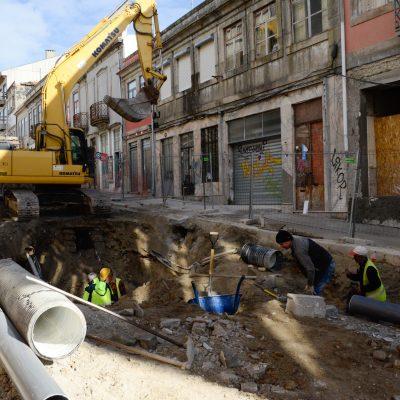 O troço entre a Rua da Olivença e a Rua de João das Regras continua encerrado ao trânsito.
