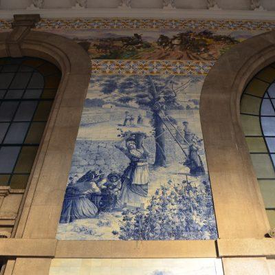 Nos azulejos são retratadas cenas da vida tradicional campestre.
