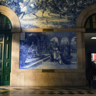 A Entrega de Egas Moniz representada no painel de azulejos.
