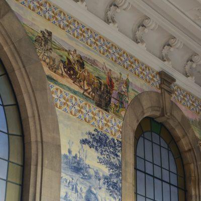 No cimo da parede representação do painel Jovens romanos em quadrigas e damas em baldaquinos de espaldar.