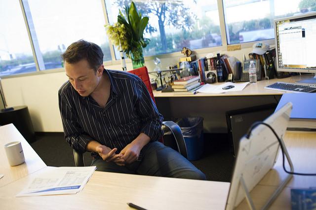 Em 1997, Elon Musk abandonou o douturamento em Física Aplicada para criar a sua primeira empresa.