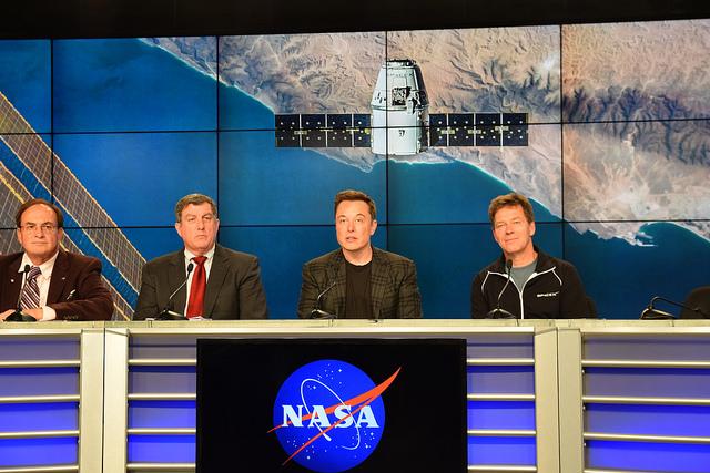 Em 2011, Elon Musk começou um projeto chamado Mars Oasis, com a ideia era construir estufas e cultivar alimentos em Marte.