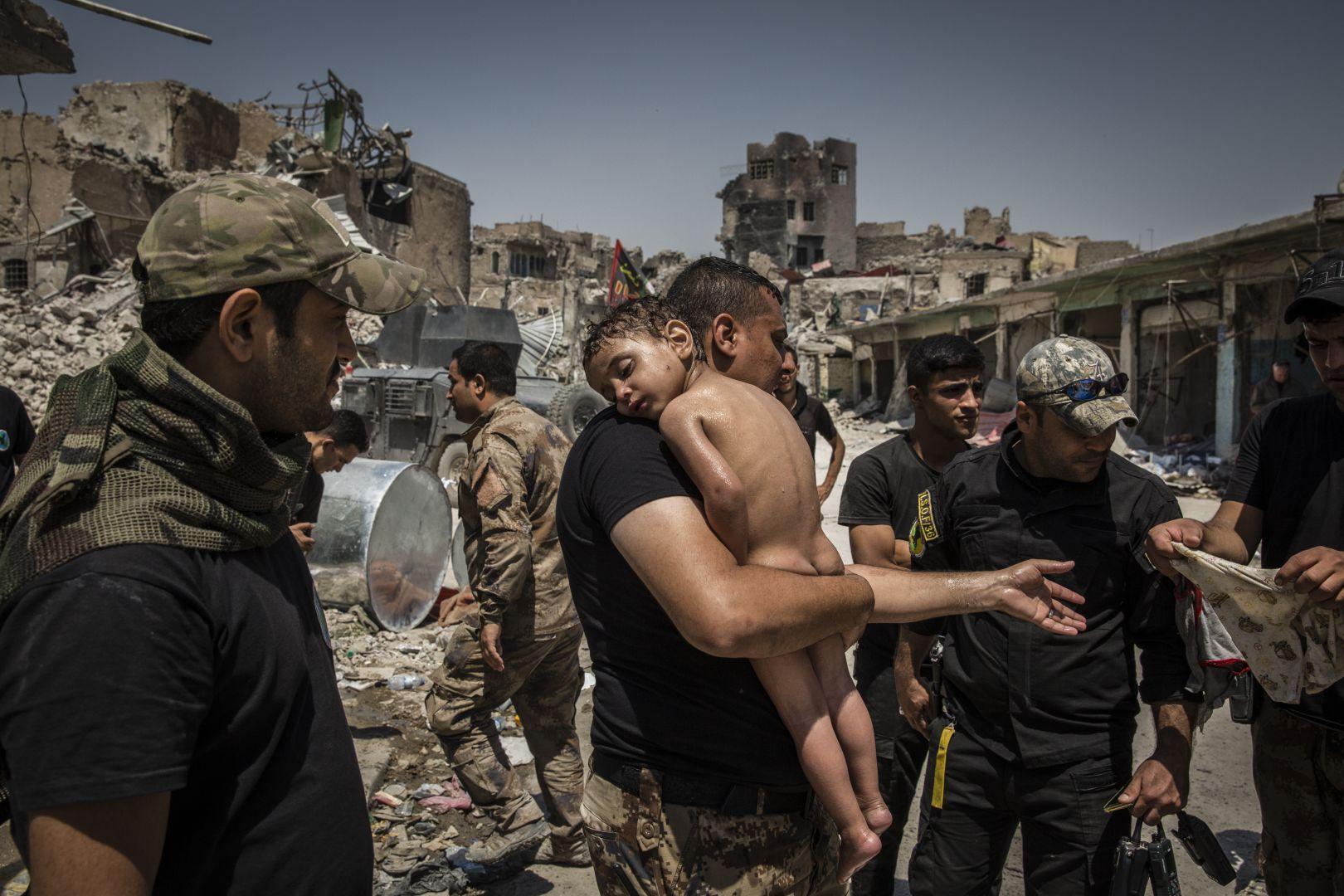 Um rapaz é retirado de Mossul, após a batalha contra o Daesh. Foto: Ivor Prickett