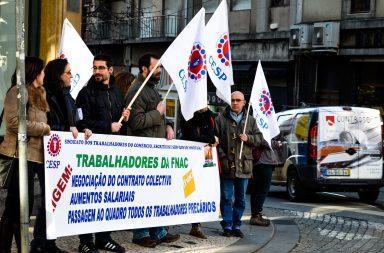 Manifestantes reuniram-se esta tarde em frente à FNAC de Santa Catarina, no Porto.