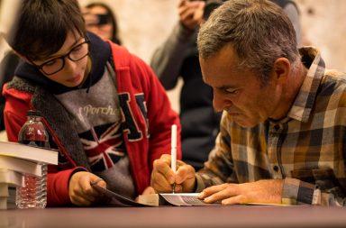 """Garrett McNamara a autografar a autobiografia """"Lobo do Mar"""" na sessão de apresentação que teve lugar nos Armazéns do Castelo, no Porto."""