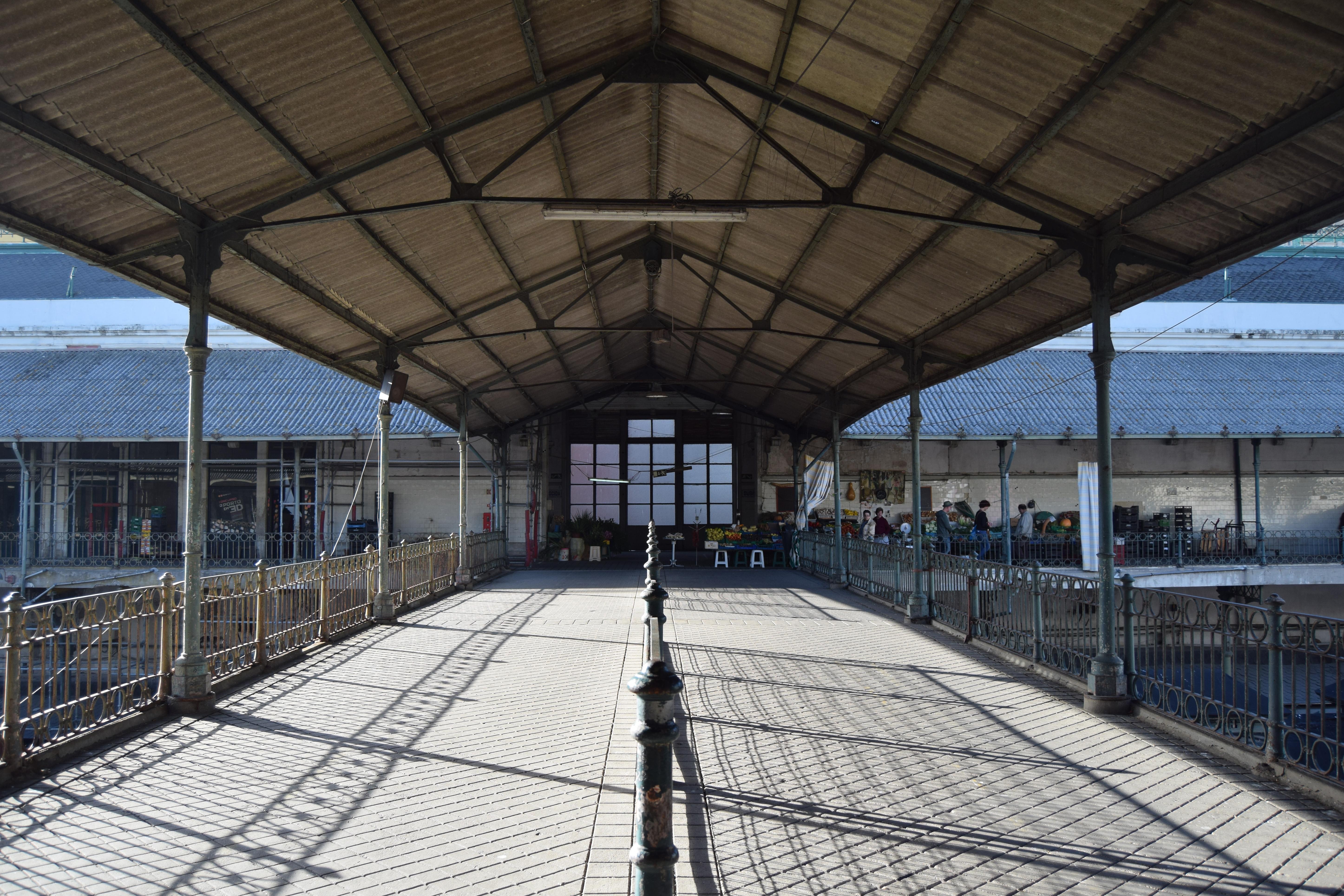 Os comerciantes serão transferidos para o centro comercial La Vie até ao final de abril, havendo condições para que as obras comecem no mês seguinte.