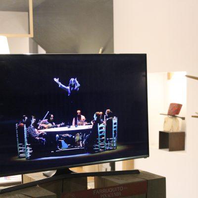 Além de performances ao vivo, a rua do Almada teve, esta quinta-feira, ecrãs com vídeos e fotografias de atuações.