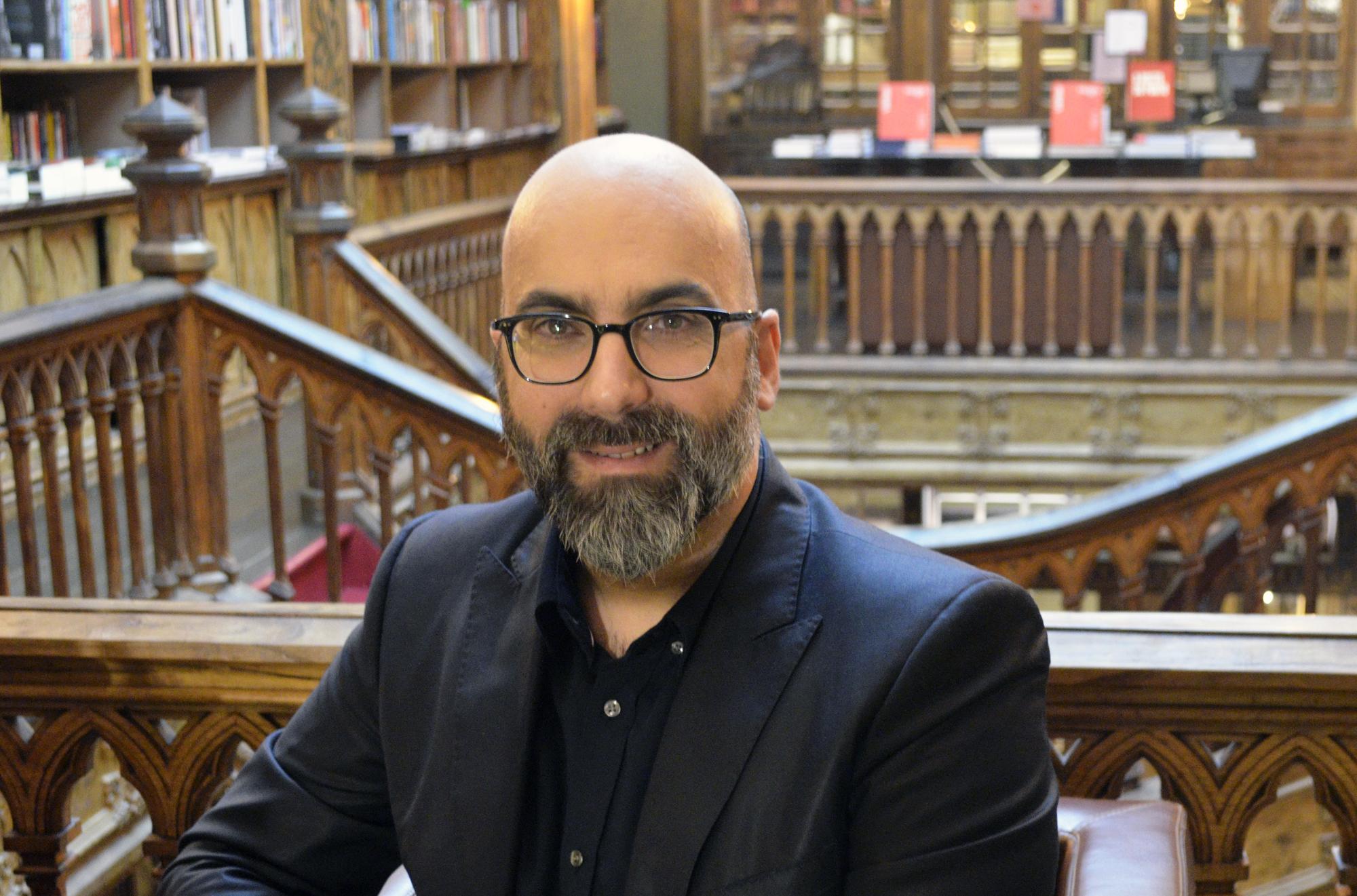 """Valter Hugo Mãe é o autor do mês da Livraria Lello, numa altura em que reedita o livro """"O Paraíso são os outros"""""""