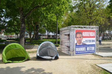 Além das tendas e do cubo, ouvia-se uma gravação alusiva ao tema do alojamento académico.