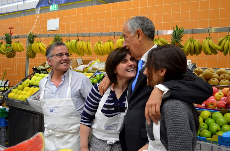Marcelo Rebelo de Sousa visitou todas as bancas do mercado temporário.