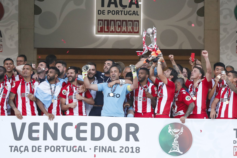 Na tribuna do Jamor, o Aves festeja a conquista da Taça.